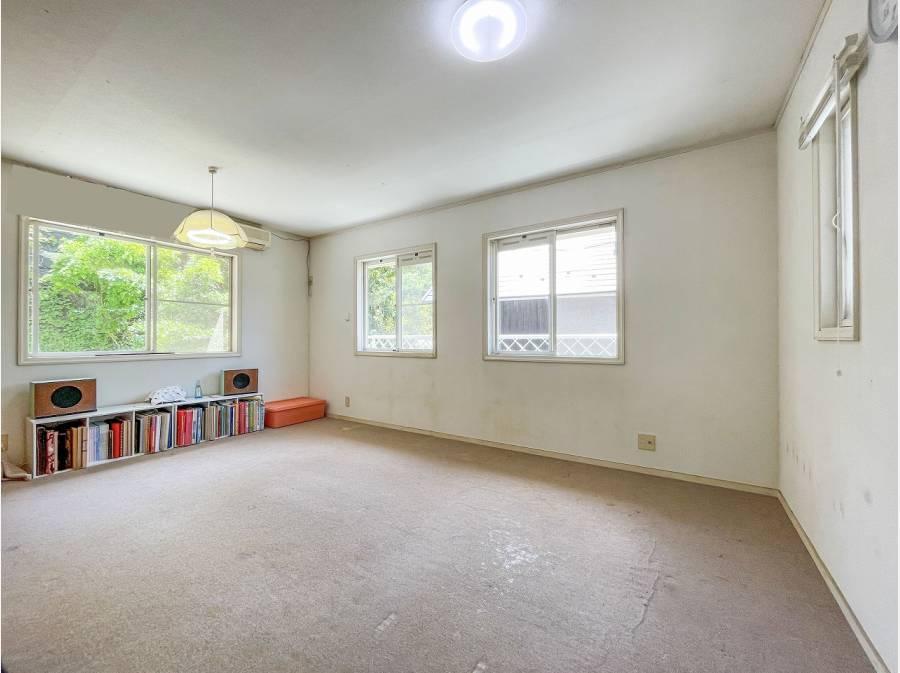 11帖の洋室/窓から緑溢れる景色を望みます