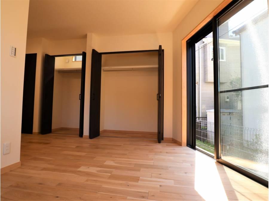 1階洋室は陽当たりが良いです。