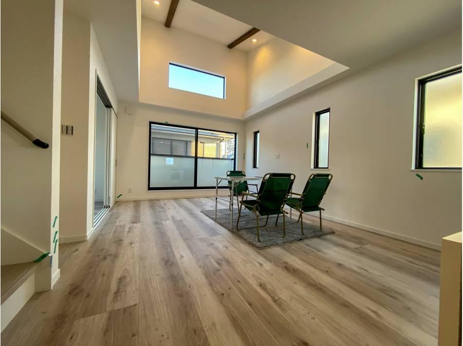 勾配天井採用の床暖付きLDK!夕方でも明るい空間でした!