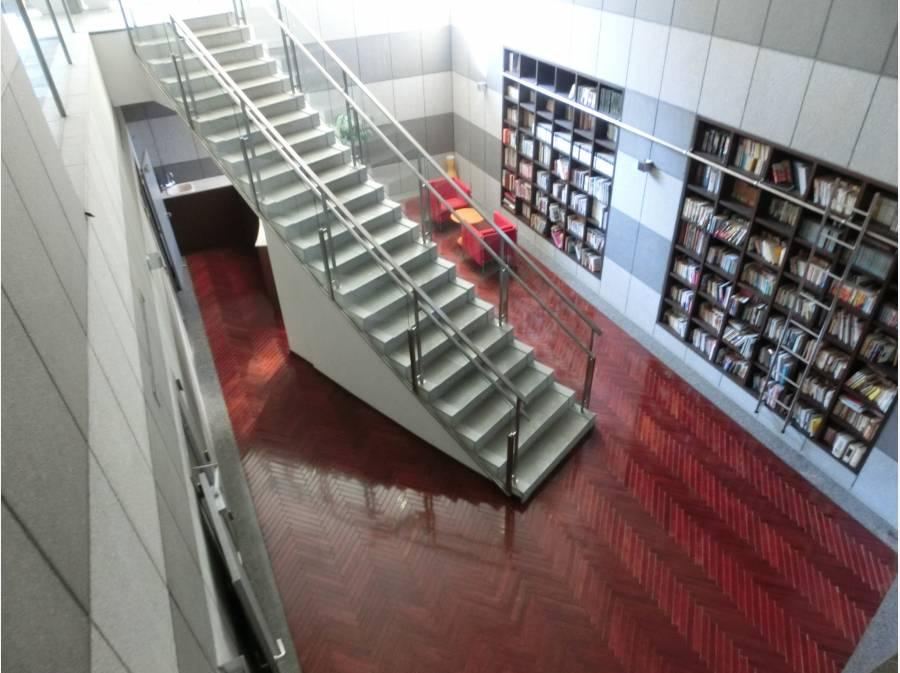 共用部分の図書スペースとカウンター
