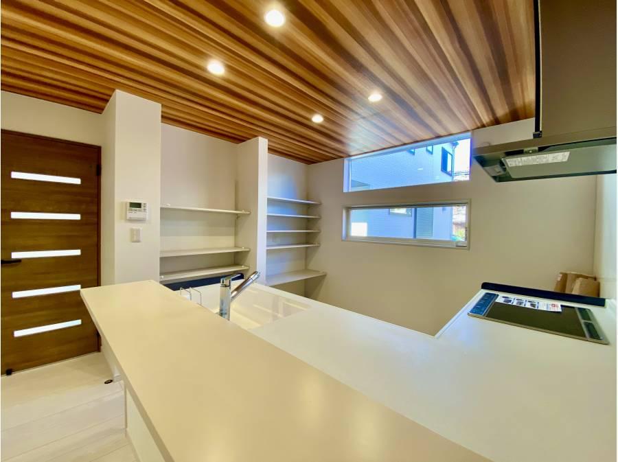 大容量パントリーと充実したキッチン設備
