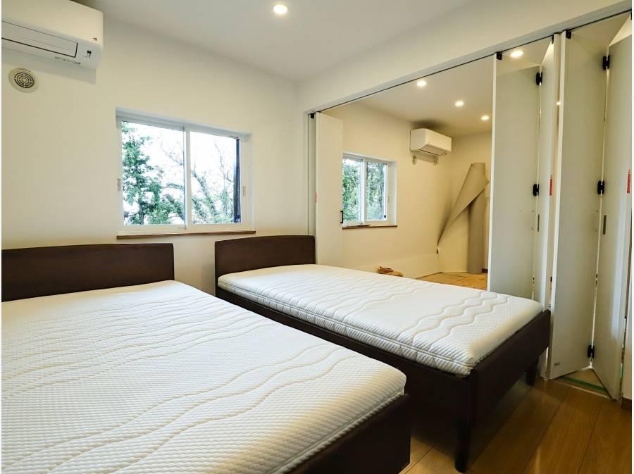 寝室にはベッドも付いており、仕切りを外すと2室⇒1室にもレイアウト変更可能です
