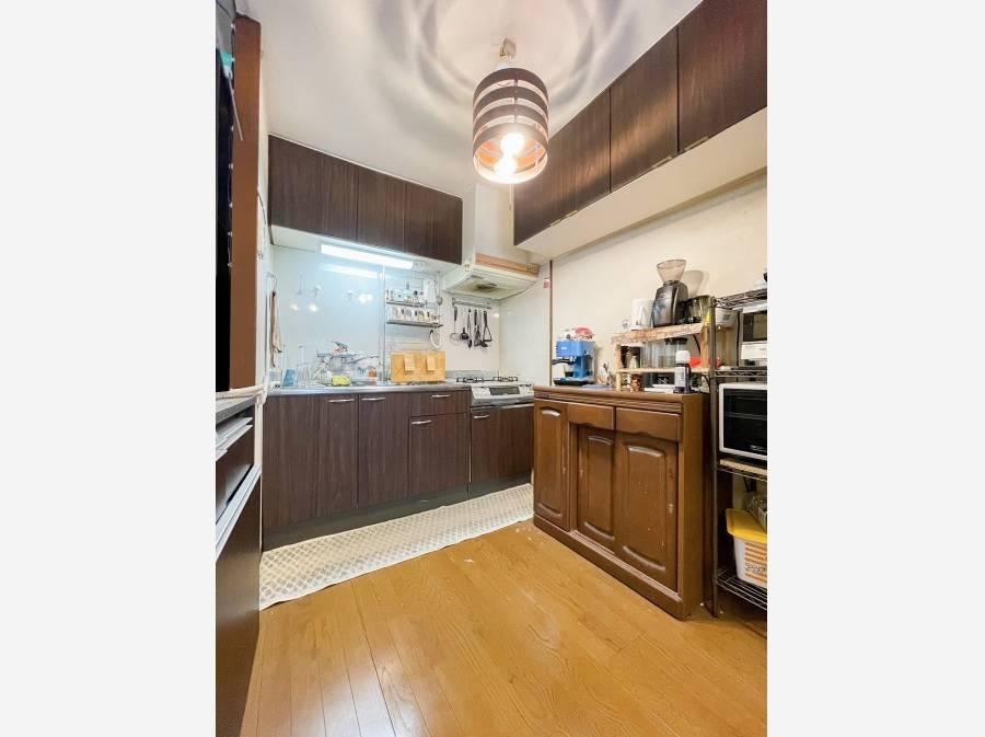 キッチンは壁付けで家具などによりL型やコ型のキッチン利用も可能ですね。