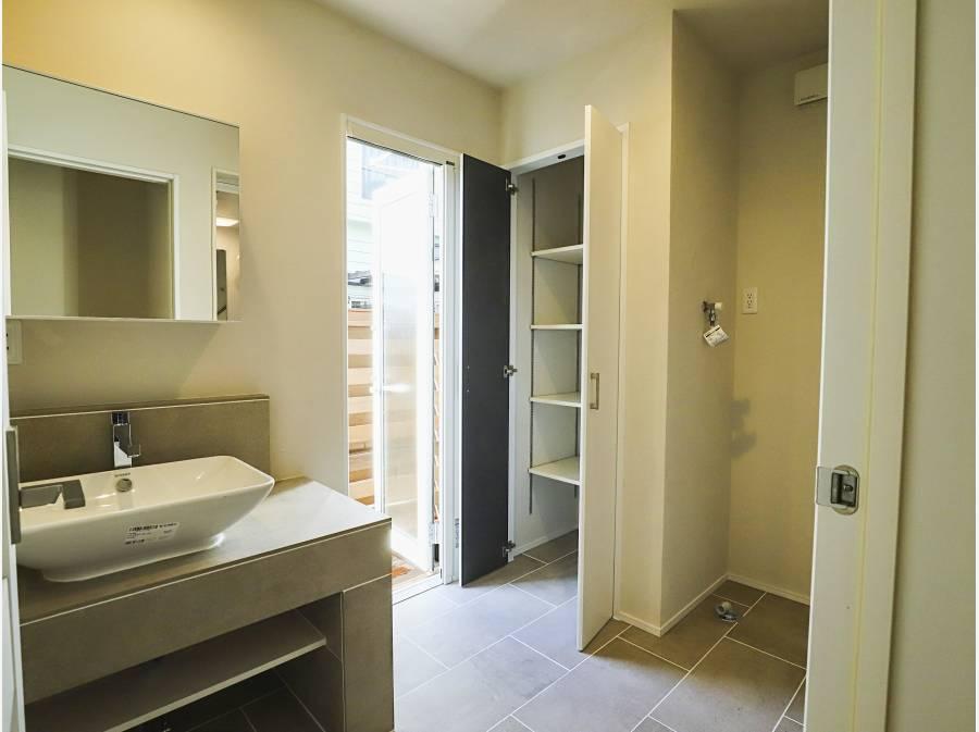 屋外シャワーを浴びた後はウッドデッキを通り洗面脱衣所へ直行できます。