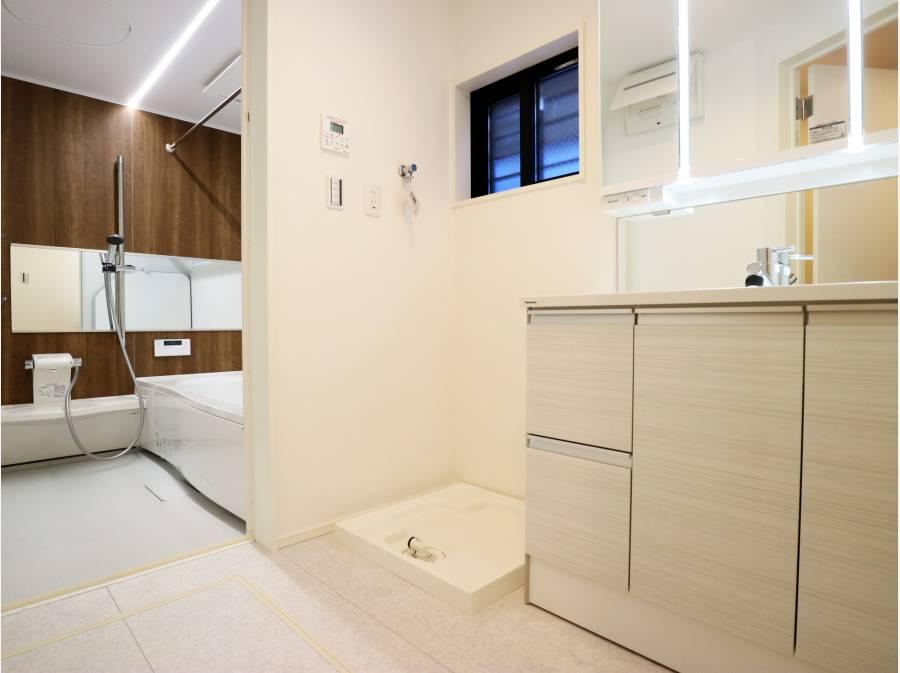 ワイドミラーがスタイリッシュなバスルーム&洗面台
