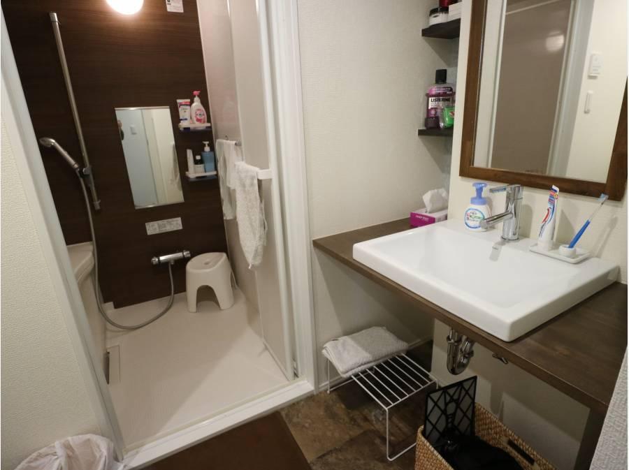 造作の洗面台とバスルーム!