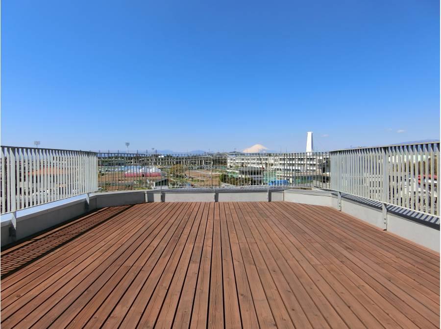 大パノラマの屋上はウッドテラス仕様。富士山を優雅に望みます