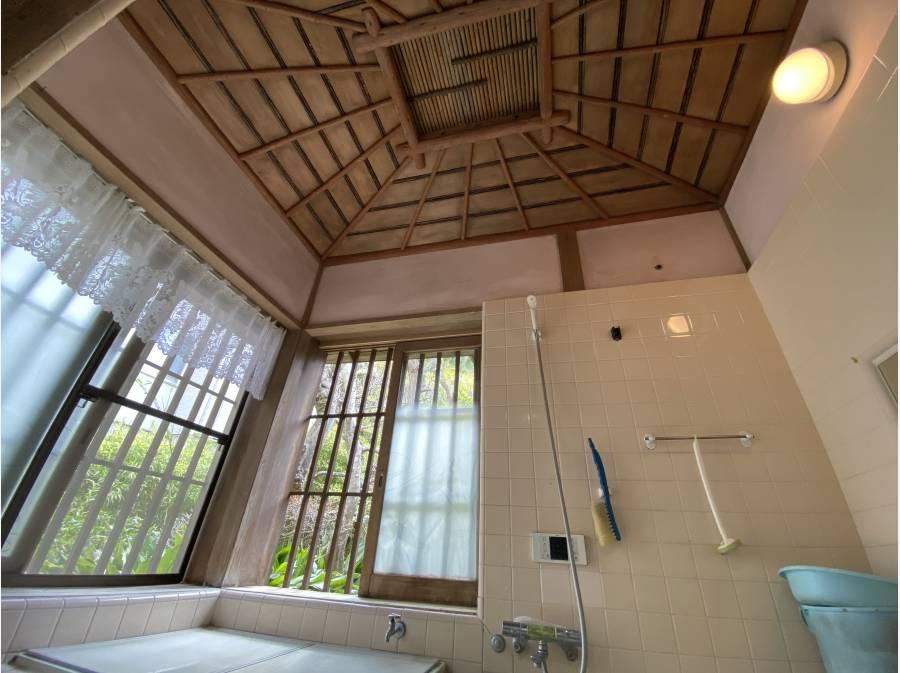 天井の板張りが素敵なお風呂場