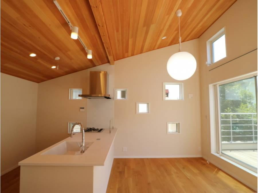 こちらも開放感溢れるキッチン。足元には床暖房を完備