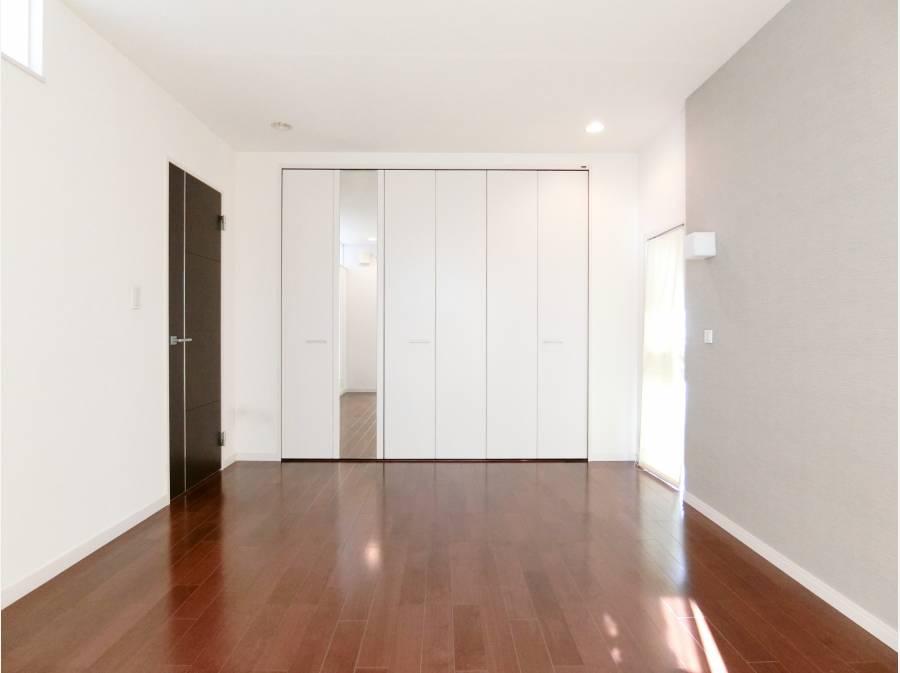 壁一面の収納が自慢の主寝室。2階の居室は全室6帖以上です