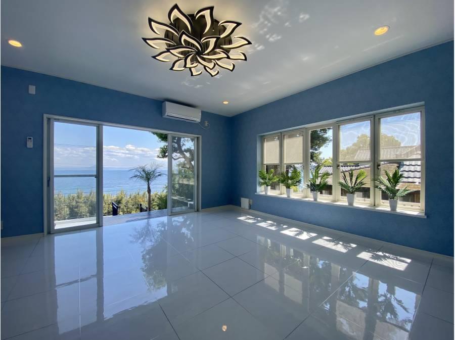 贅沢に海を望むリビング。窓の大きさが目立ちます