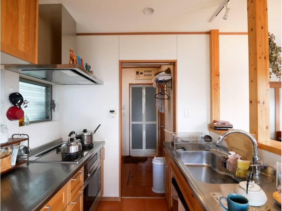 オーブン付きのセパレートキッチン。洗濯室への動線も便利です。
