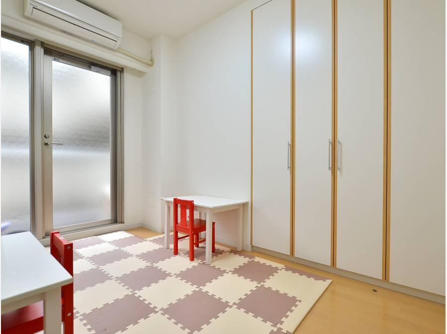 廊下側でも明るい洋室!