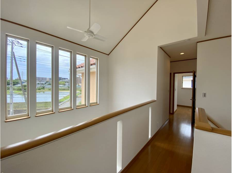 二階に3部屋とファミリールームがございます。