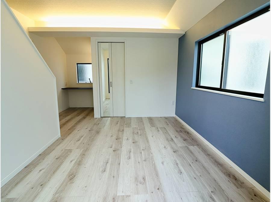 間接照明、アクセントクロスで彩られた洋室は固定階段でロフトへ上がれます。