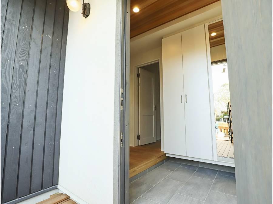 玄関スペースも広さをしっかり確保。高級感もございます。