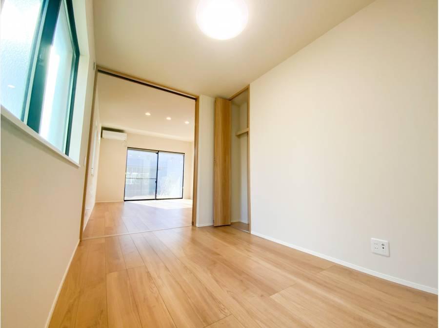 リビングに隣接する約4.7帖の洋室を開放すれば約22帖超えの空間に!