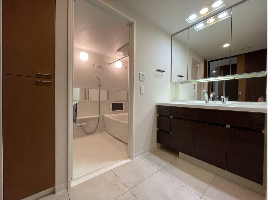 収納豊富な洗面脱衣室。