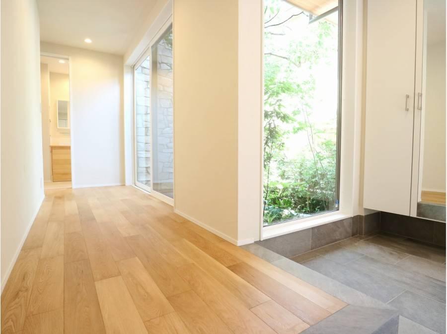 1階の廊下スペースには、黒松が見える中庭。