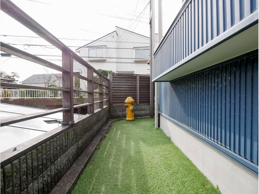 正面玄関からお庭へまわる通路も広くて便利です。