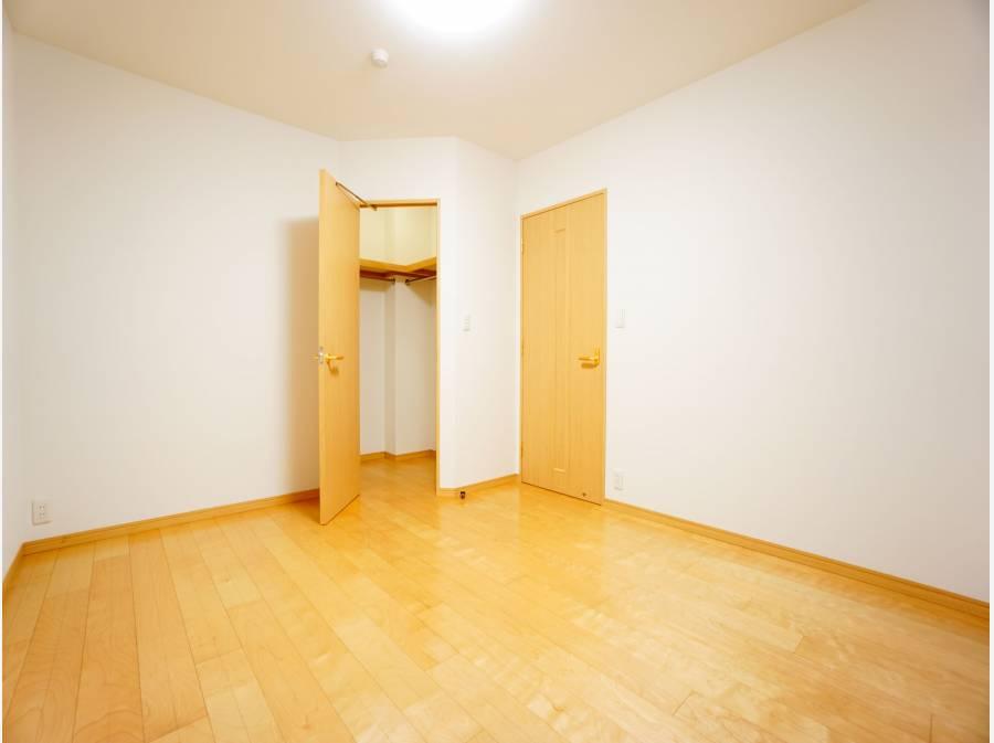 ウォークインクローゼット付きの主寝室。