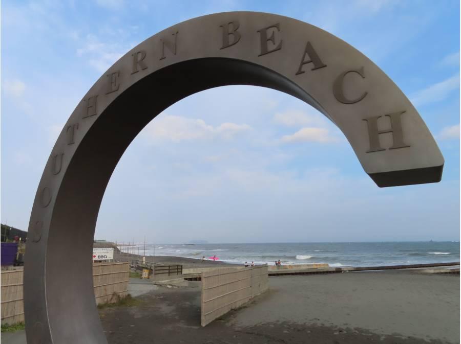 サザンビーチのシンボルマークと海