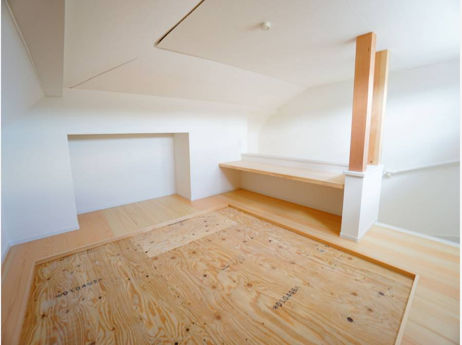 ロフトは畳敷き+造作カウンターテーブル付き。