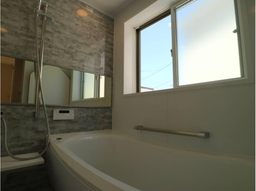 ゆったりと寛ぎの時間を過ごせる浴室。大きな窓が特徴