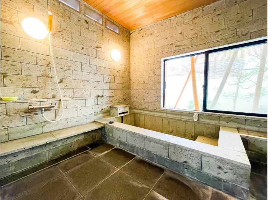 浴室は広々として温泉宿のような雰囲気