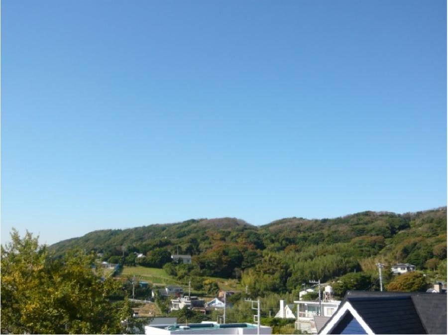 周りは秋谷の山々が