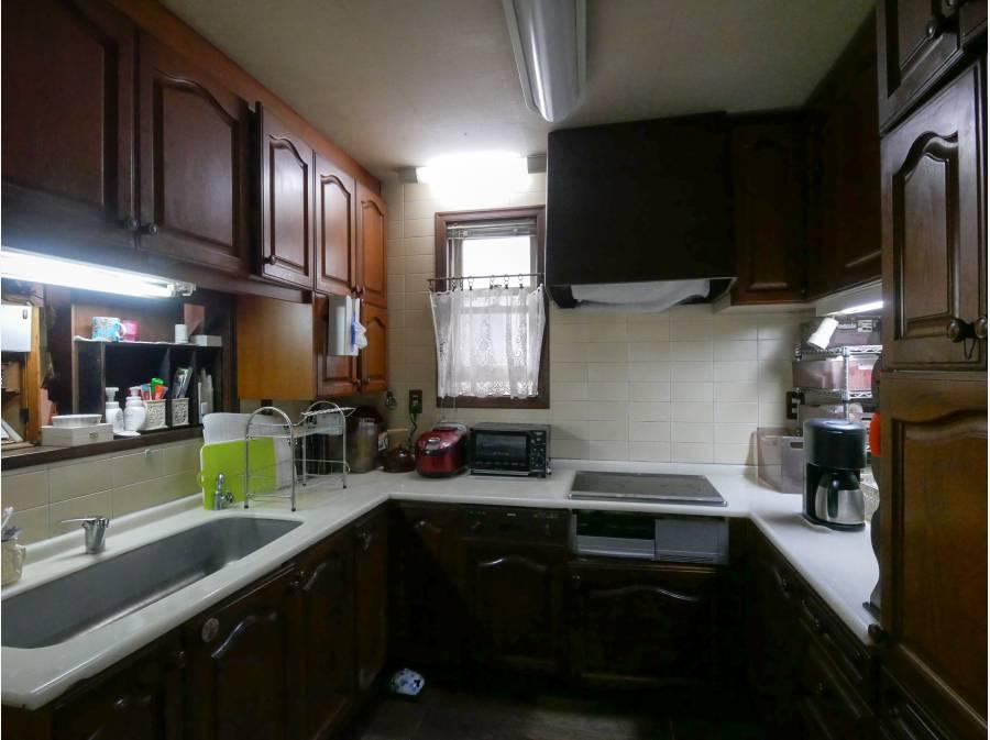 豪華なU型キッチン、豪華な木製キャビネットの設え。