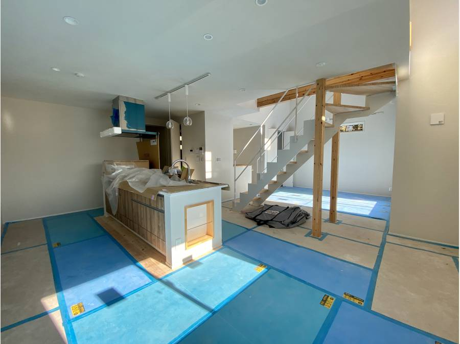 ダイニング側からキッチン&リビングを眺める。