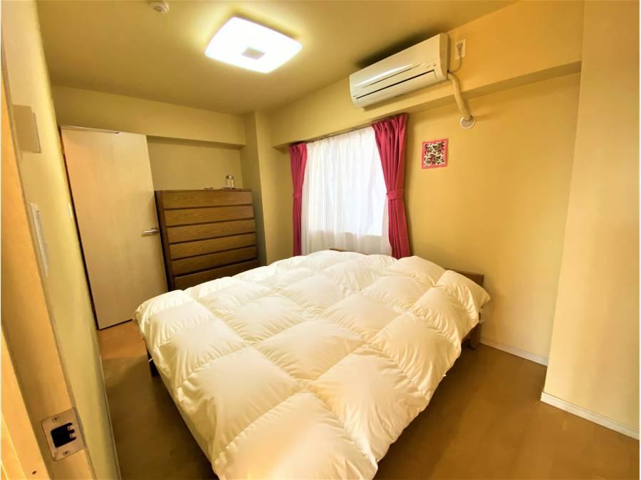 主寝室は大型のベッドを置ける広さを誇ります!