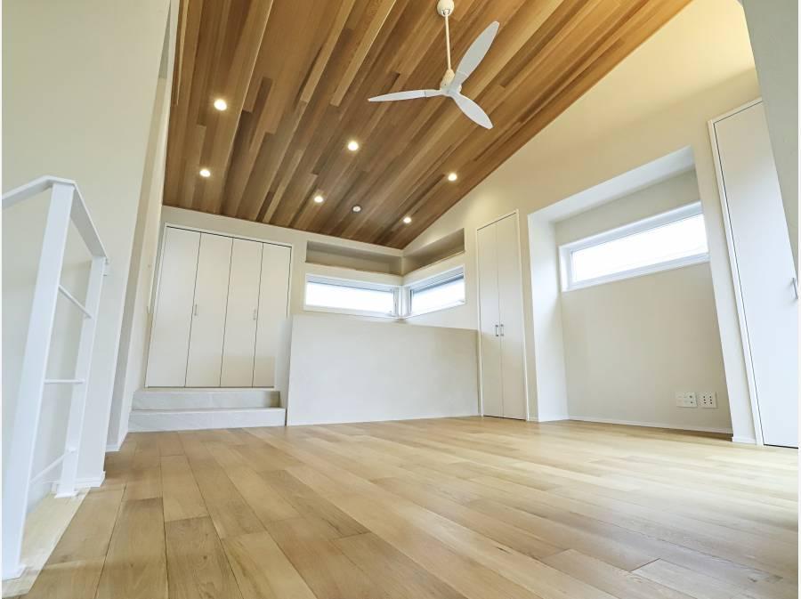 20帖のLDKは板張りの吹き抜け天井で自然素材に囲まれた癒しの空間です