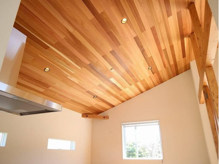 天井には贅沢にレッドシダーの木を