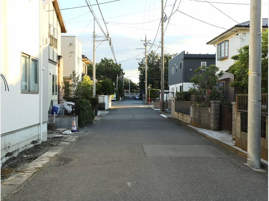 隣の1号棟の側面道路は5.9mあり、突き当りが海です♪(約320m)