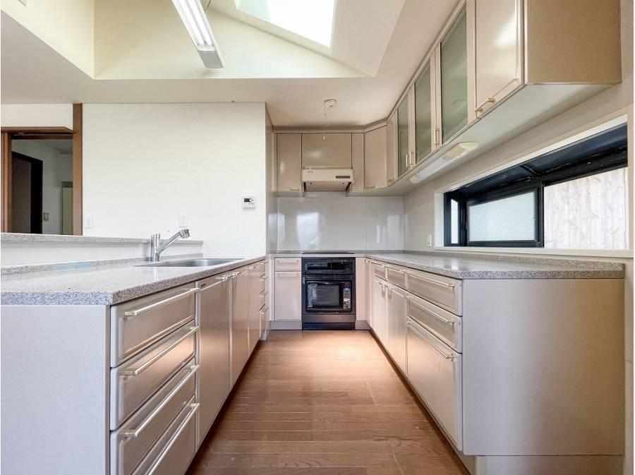 大型キッチンは、開放天井あり