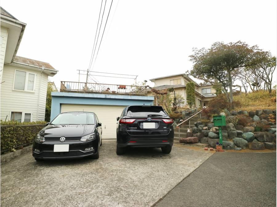 ガレージに平置き、車は複数台駐車可能