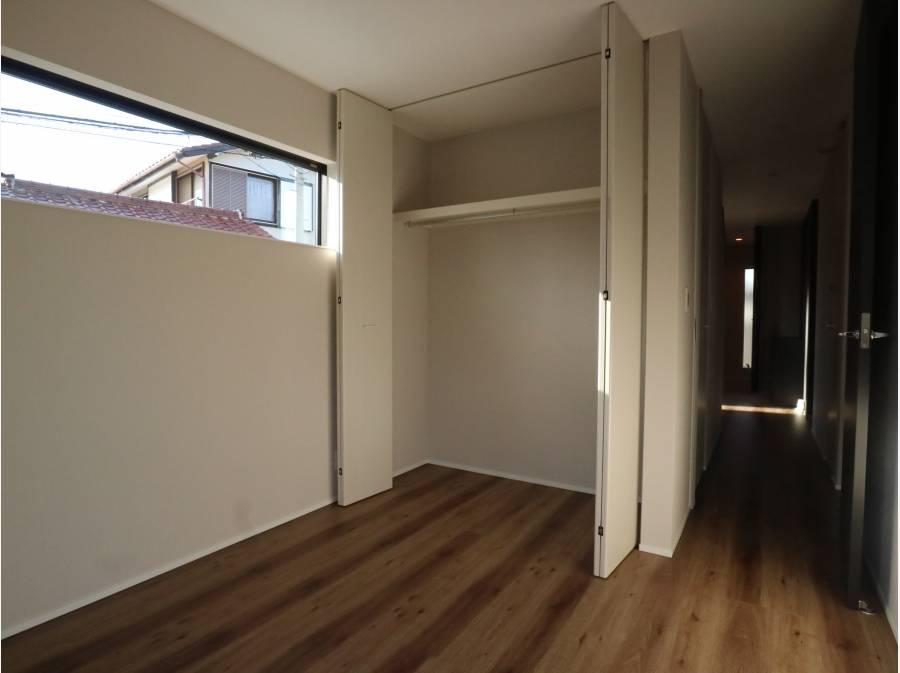 収納スペース完備の洋室