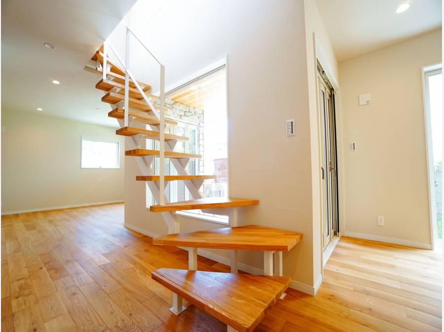 スケルトンステップで2階へ。