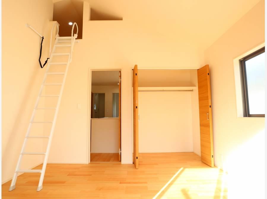 2階洋室は収納にも役立つロフト付き