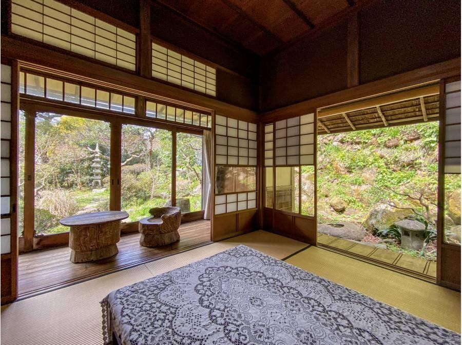 和室室内からも美しい借景を望みます