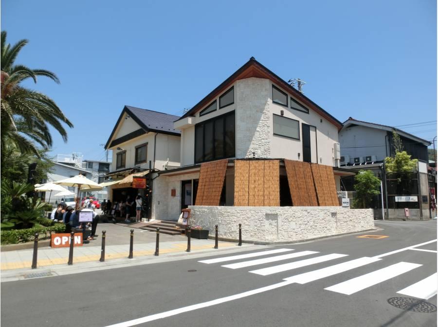 七里ガ浜東の中心部プロムナードには公園や地元の人気店があります