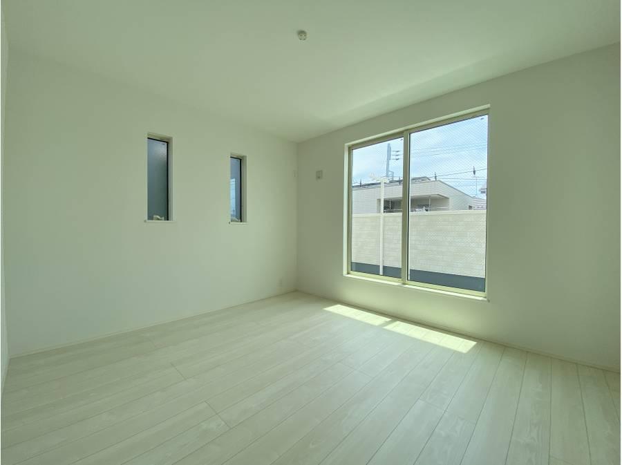 こちらは、小屋裏収納+WIC+ワークスペース付きの約8帖の居室。
