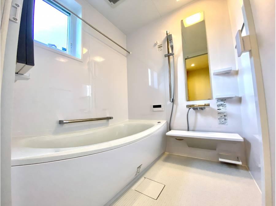 白で統一され清潔感のあるバスルーム