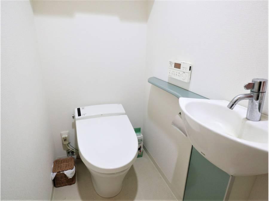 トイレはタンクレスで手洗いスペースがあります。