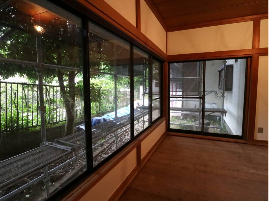 周囲の緑を取り込むような大きな窓のある和室