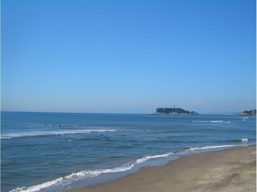 七里ヶ浜海岸から江の島を望む