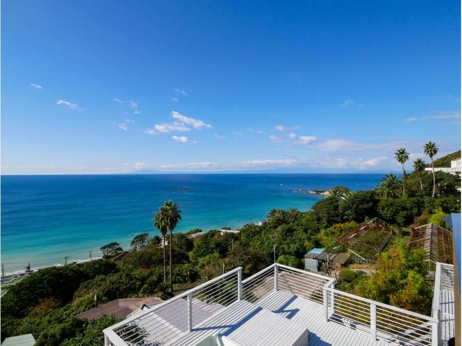 遮るものなく海と緑を一望できる贅沢な眺望