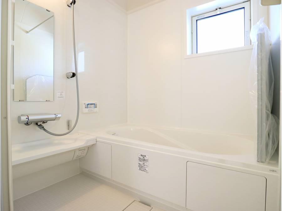 明るく清潔感のある配色のバスルーム。ぴかぴかです!